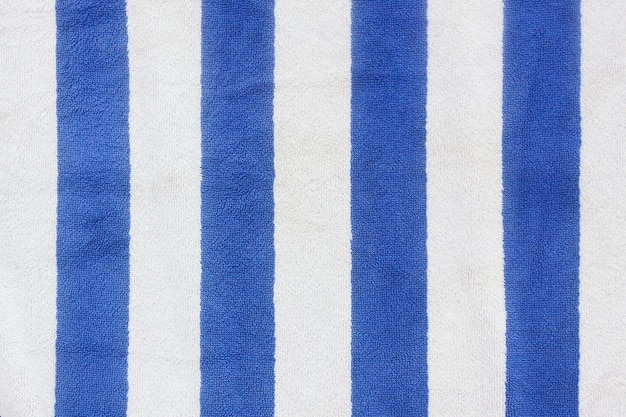 Blauwe gestripte strandhanddoek extreme close-up.