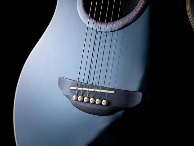 Blauwe gitaar met schaduwen