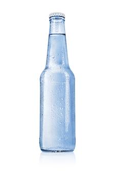 Blauwe glazen fles met stilstaand, bronwater of mineraalwater zonder etiket dat op wit oppervlak wordt geïsoleerd.