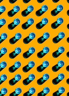 Blauwe glazen vloeistof met schaduw op gele achtergrond