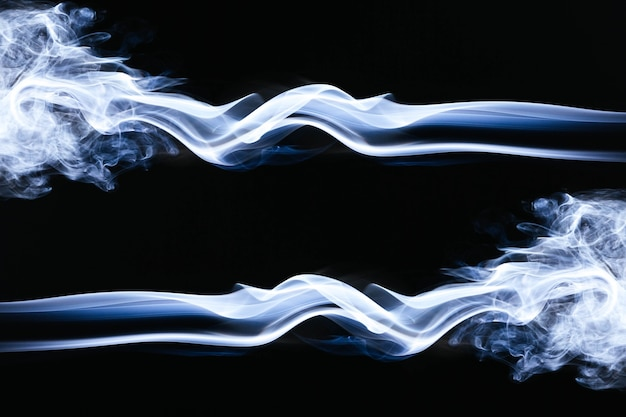 Blauwe golvende rook op zwarte achtergrond
