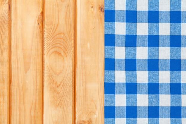 Blauwe handdoek over houten keukentafel. van bovenaf bekijken met kopieerruimte