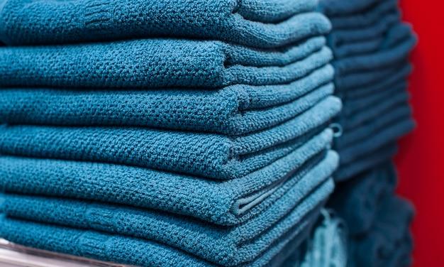 Blauwe handdoeken op de plank in de kast