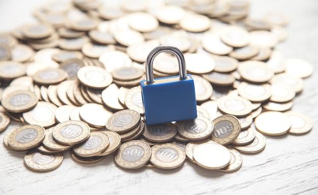 Blauwe hangslot en munten. financiën.