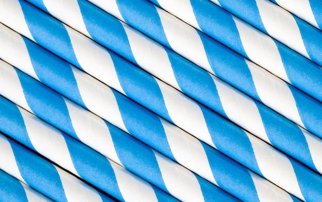 Blauwe harde papieren buizen voor het drinken van drankjes en cocktails close-up