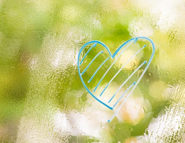 Blauwe hartvorm op vage groene achtergrond