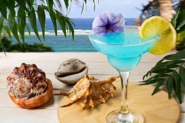 Blauwe hawaiiaanse cocktail op de tropische zee