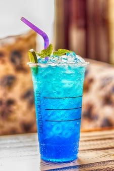 Blauwe hawaiiaanse limoensoda / iced blue hawaii