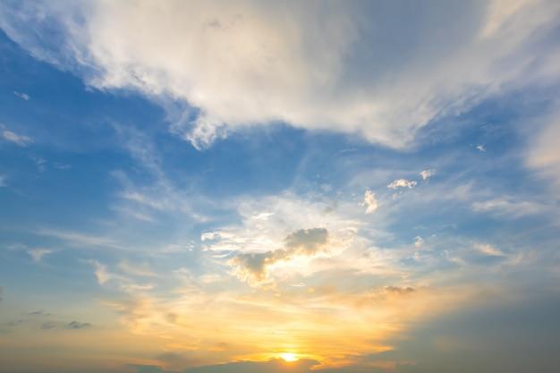 Blauwe heldere en oranjegele zonsondergang