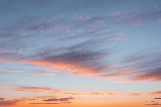 Blauwe hemel bij zonsondergang met heldere vlekken van paars en roze