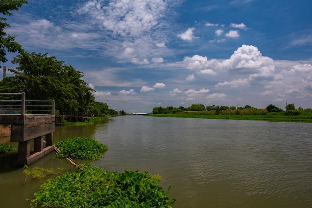 Blauwe hemel en lange rivier in land van thailand