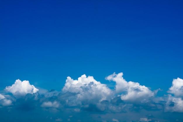 Blauwe hemel en lijn van hoopwolk en duidelijke hemel