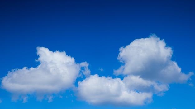 Blauwe hemel en witte cumuluswolken