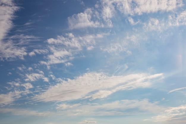 Blauwe hemel in witte wolken in zomerdag