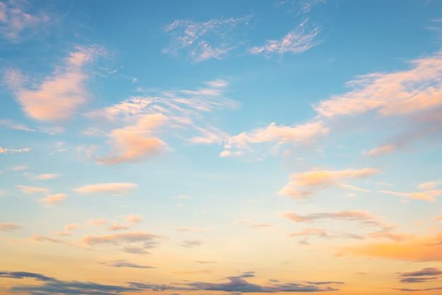 Blauwe hemel in zonsondergang met clound