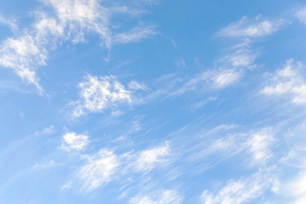 Blauwe hemel met delicate cirruswolken
