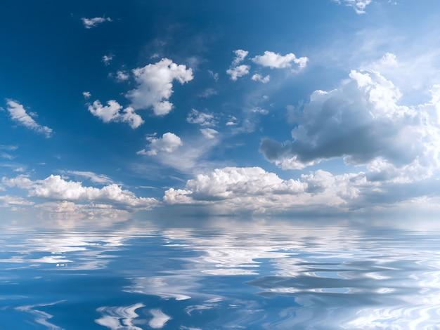 Blauwe hemel met majestueuze wolken en zonreflectie in water, voor ontwerp