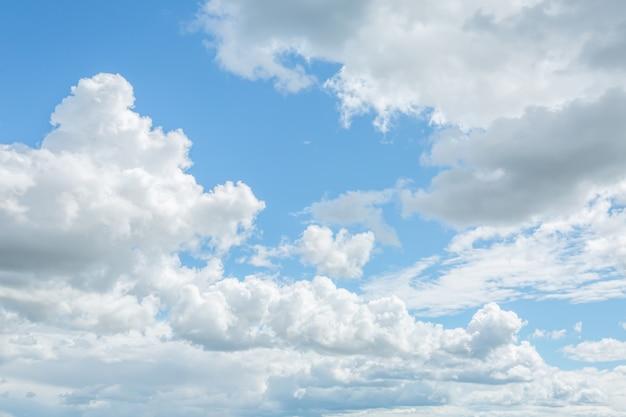 Blauwe hemel met veel mooie altostratus en cumuluswolken.
