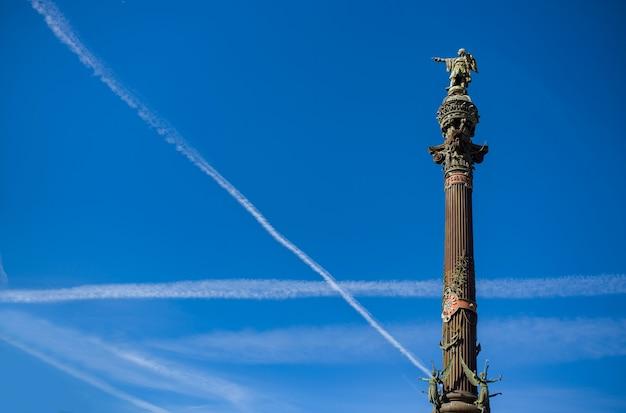 Blauwe hemel met veel wolkenlijnen gemaakt van vliegtuigen.