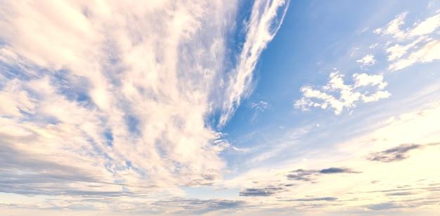 Blauwe hemel met witte cumuluswolken in dagzonlicht.