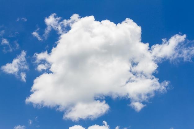 Blauwe hemel met witte natuurlijke wolk