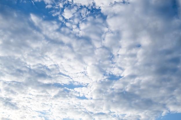 Blauwe hemel met witte pluizige wolken
