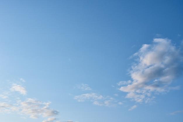 Blauwe hemel met witte wolken, abstracte achtergrond