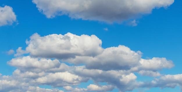 Blauwe hemel met witte wolken bij zonnig weer