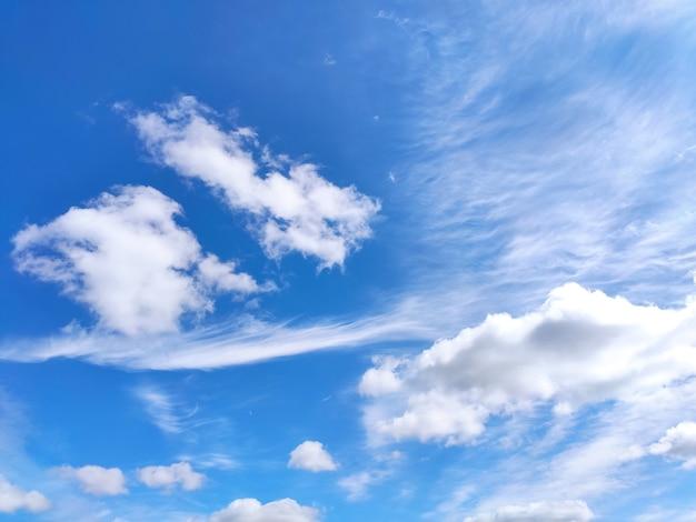 Blauwe hemel met witte wolken in de zomer