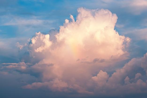 Blauwe hemel met witte wolkenachtergrond. panoramisch uitzicht.
