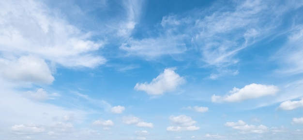 Blauwe hemel met witte zachte wolken