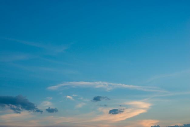 Blauwe hemel met wolken bij zonsondergang