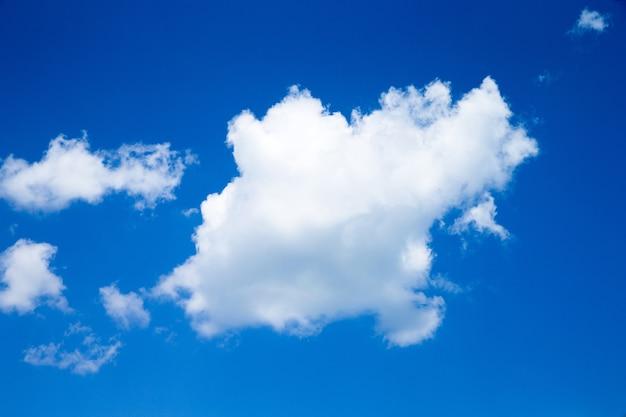 Blauwe hemel met wolken close-up