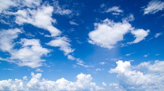 Blauwe hemel met wolken en zon