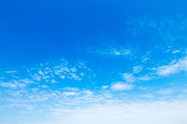 Blauwe hemel met wolken. natuur achtergrond