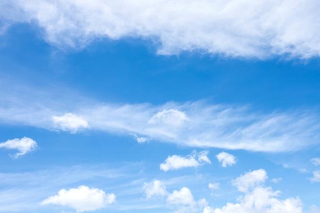 Blauwe hemel met wolkenachtergrond en abstracte textuur