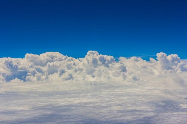 Blauwe hemel met wolkenachtergrond op airplan in de ochtendtijd