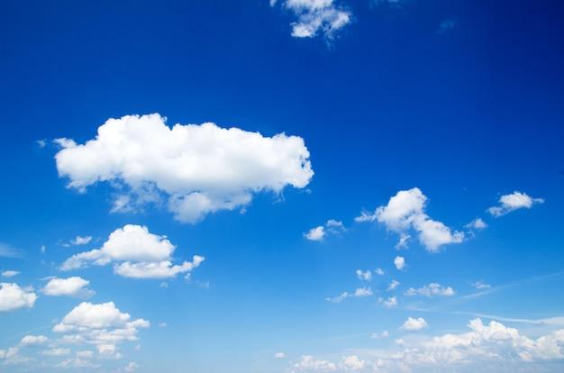 Blauwe hemel met wolkenclose-up