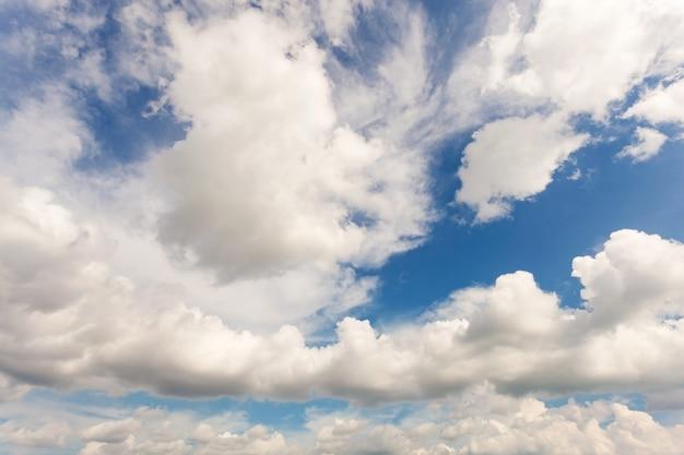 Blauwe hemel witte wolken, foto van blauwe lucht en witte wolken of cloudscape, natuur achtergrond en natuur achtergrond ontwerpconcept.