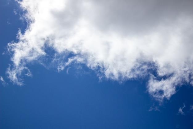 Blauwe hemel wolken achtergrond. mooi landschap met wolken aan de hemel.