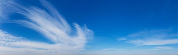 Blauwe hemelachtergrond met kleine wolken. panorama achtergrond