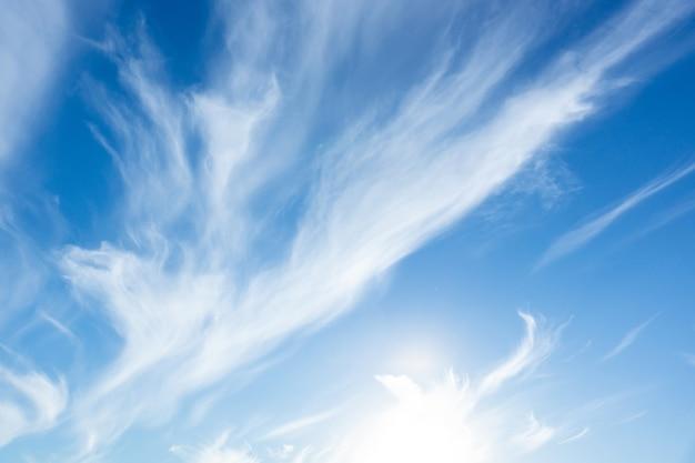 Blauwe hemelachtergrond met kleine wolken, wolk op blauwe hemel