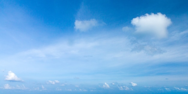 Blauwe hemelachtergrond met kleine wolken. wolken in de blauwe lucht