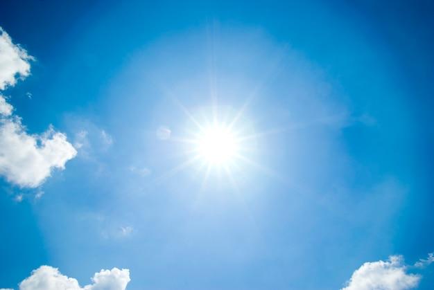Blauwe hemelachtergrond met kleine wolken. Premium Foto