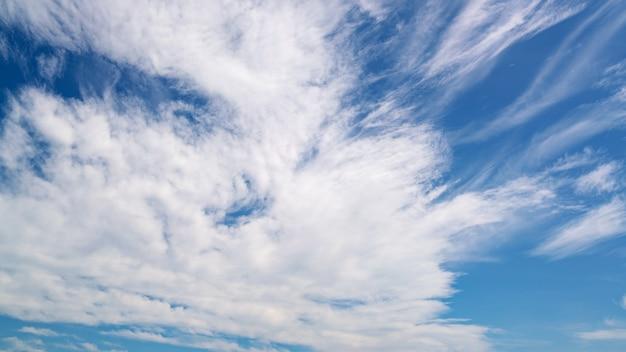 Blauwe hemelachtergrond met witte wolken natuur milieu en natuur achtergrond.