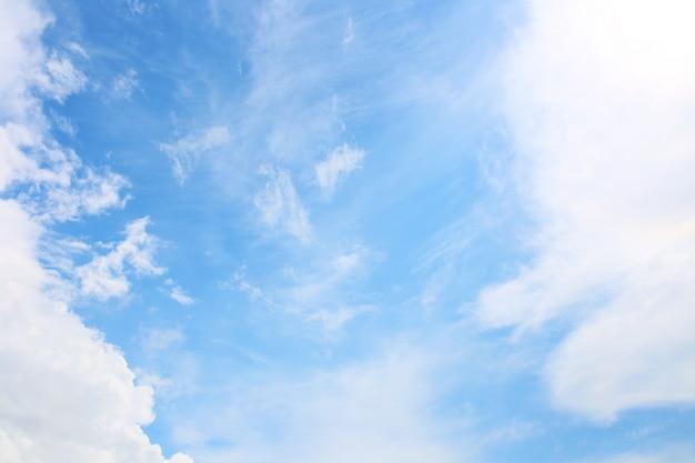 Blauwe hemelachtergrond met witte wolken. wolken met blauwe hemel. wolken achtergrond. sky print. wolken afdrukken