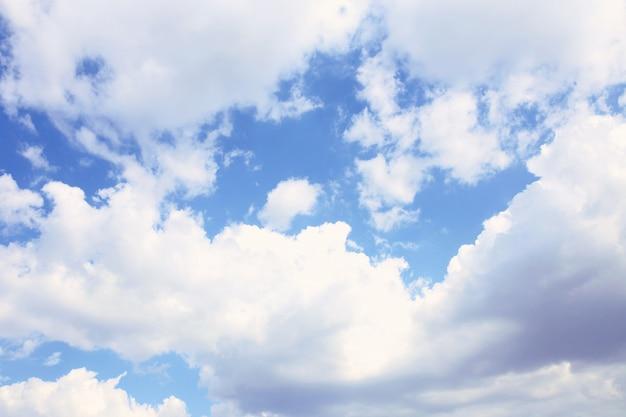 Blauwe hemelachtergrond met witte wolken. wolken met blauwe hemel