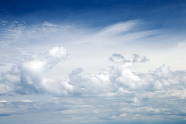 Blauwe hemelachtergrond met witte wolken