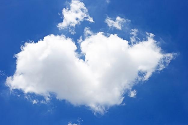 Blauwe hemelachtergrond met wolk in de vorm van hart. kopieer ruimte