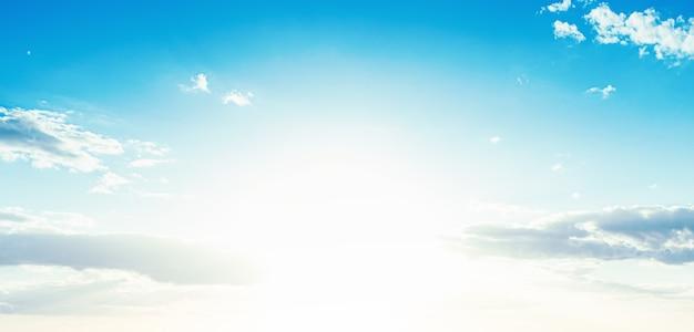 Blauwe hemelachtergrond met wolken en kopieer ruimte. banier.